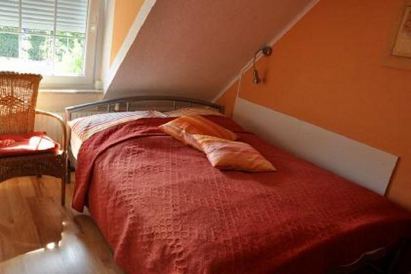 kleines Schlafzimmer mit französischem Bett
