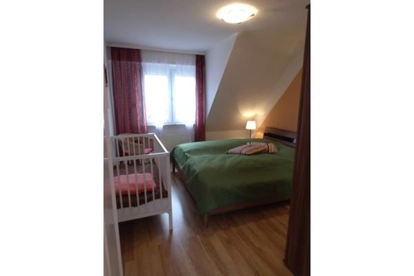 großes Schlafzimmer mit Zustellbett